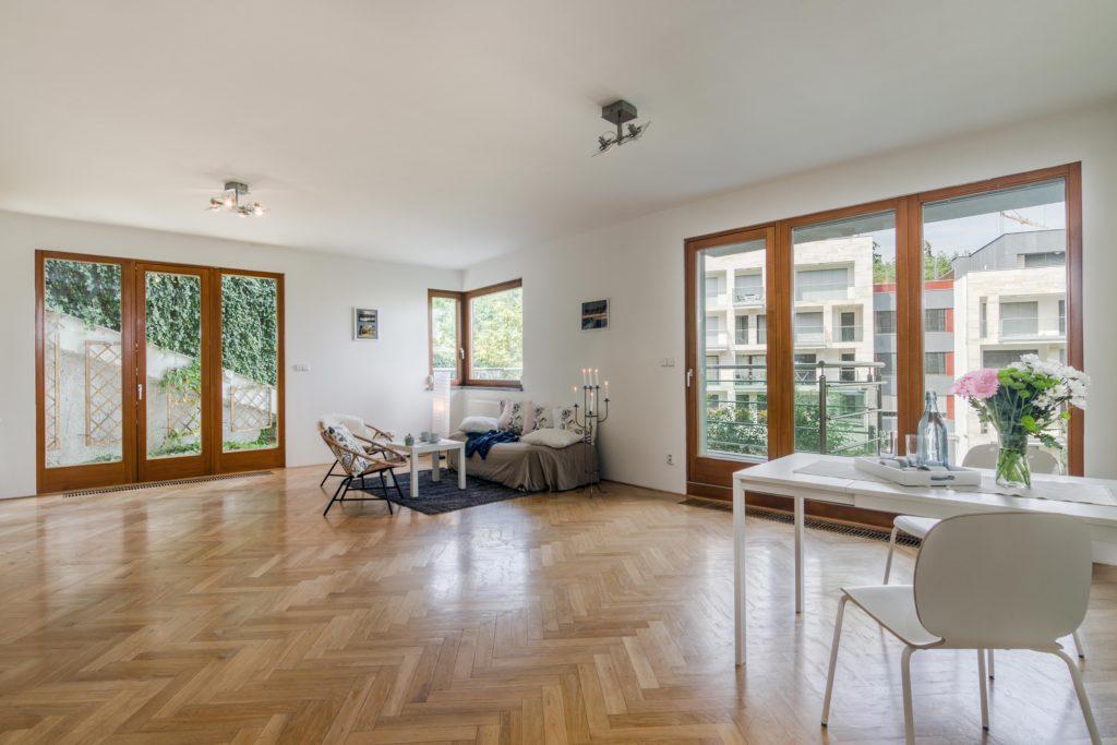 Prodej neobyčejného bytu s krásným výhledem, zahradou i balkonem. Realitní makléř Michal Souček